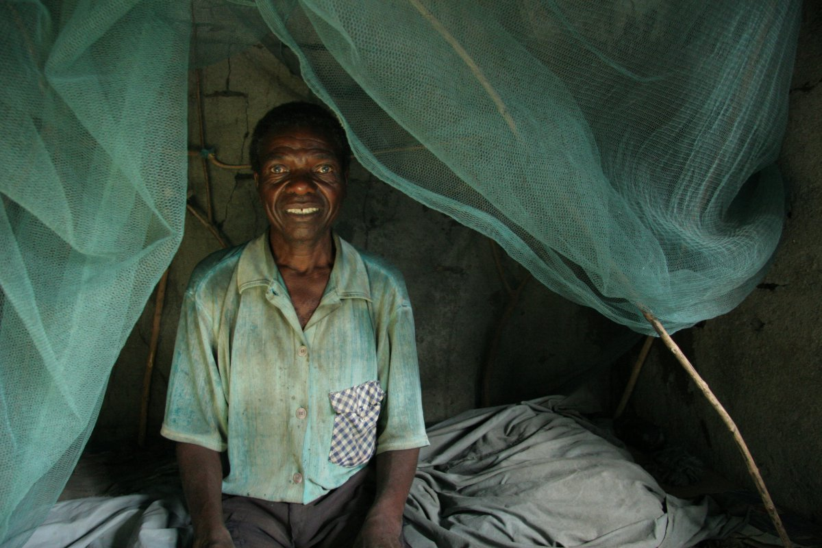 © WHO, S. Hollyman. A man and his mosquito bednet, United Republic of Tanzania.