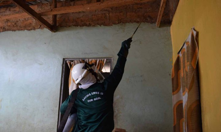 Spraying the walls of a house in a village in Ashanti Region of Ghana to control mosquito vector populations and minimize contact between infected mosquitoes and people.  ©Innovative Vector Control Consortium